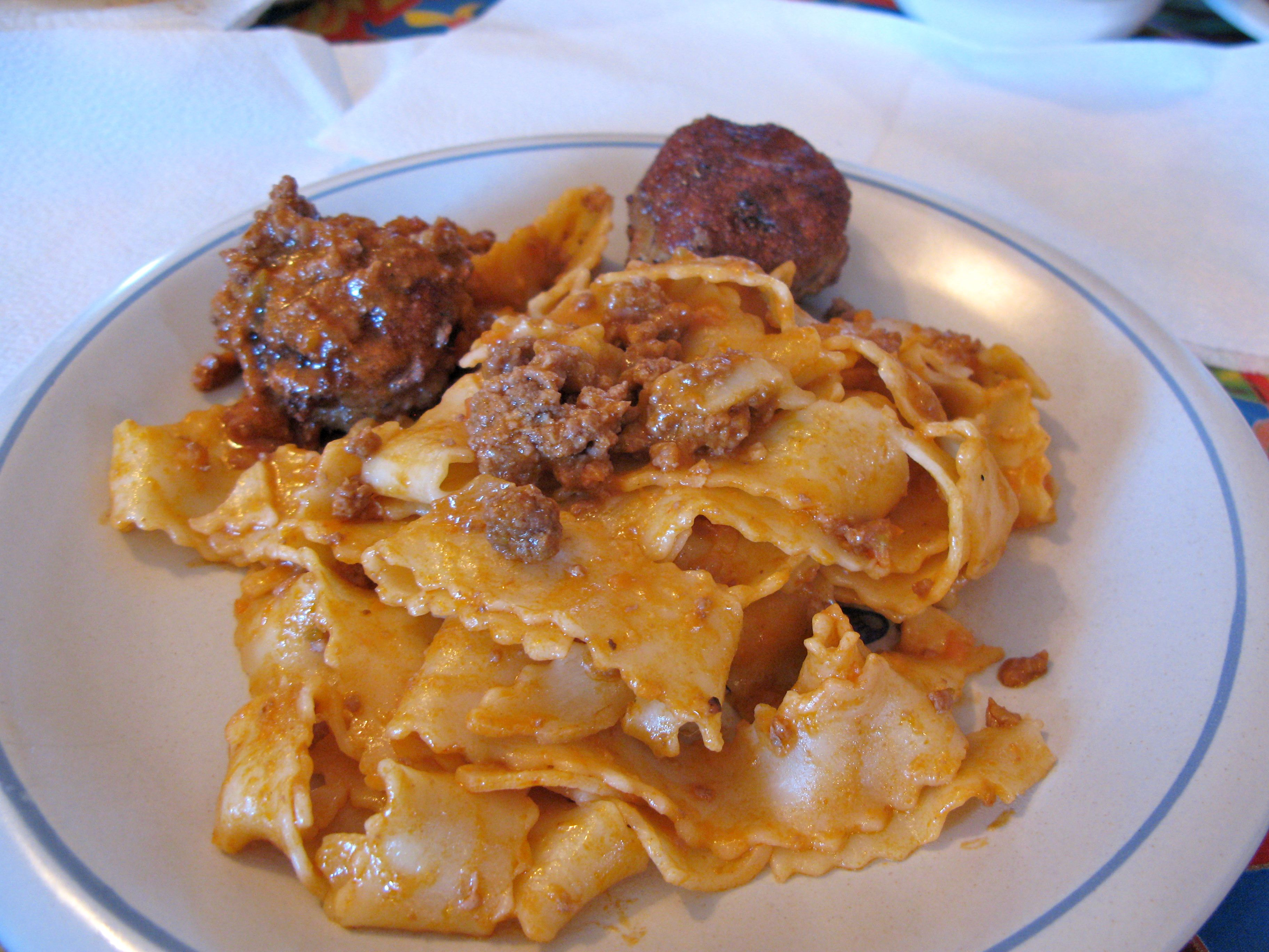 Here a bolognese sauce is paired with pasta and meatballs (aka: polpette).